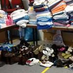 Handtücher und Schuhe